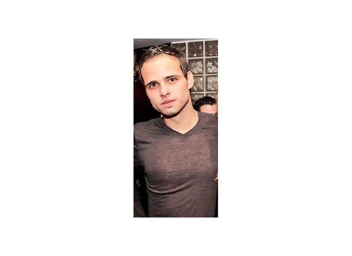 jeune homme de 22ans, charmant et tres physique.