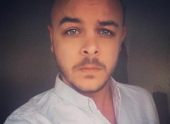 Jeune homme de 29 ans brun aux yeux bleus aimant l.