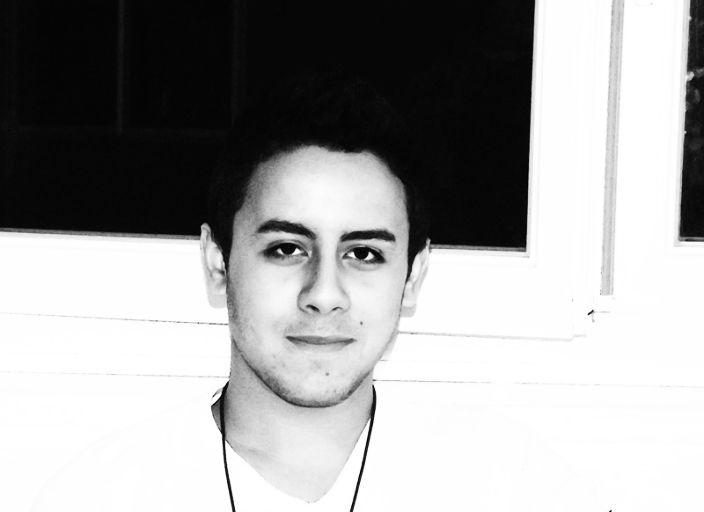 Jeune homme confiant, décidé, charmeur et sponta.