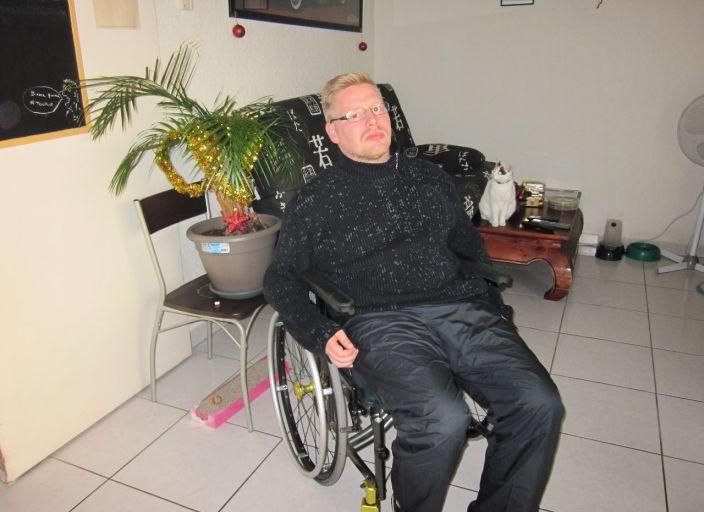 je suis agé de 29 ans, je suis handicapé moteur pour.