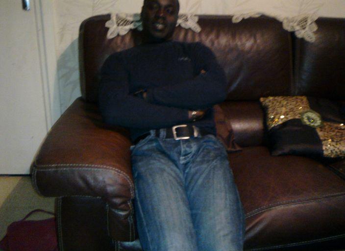 Homme africain pret à faire des rencontres sympas