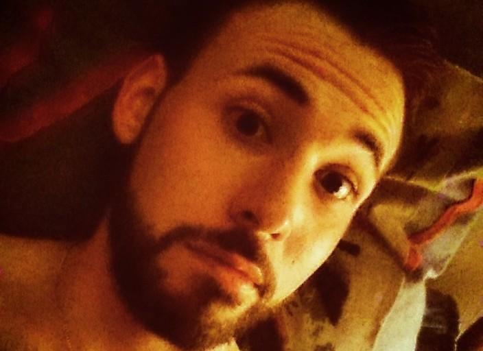 Jeune barbu discret, attentionné et plein dhumour. Si.