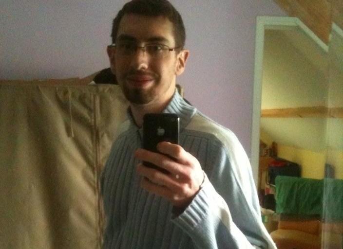 Jeune Homme bi de 24 ans qui recherche une 1ére.