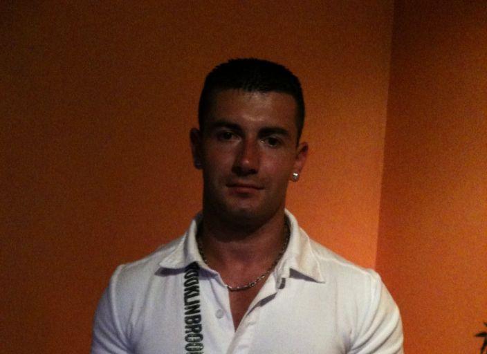 jeune homme 27an sportif avec les abdos de popeye.