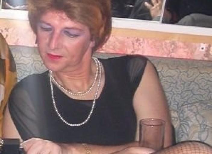 Travestie lesbienne très attirée par la féminité