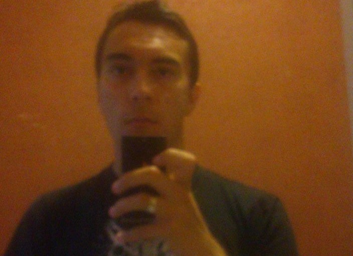 Je suis un jeune homme qui cherche quelqu'un a.