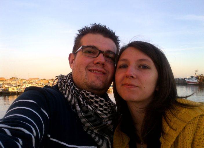 Jeune couple recherchant une jolie femme