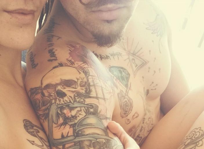 Jeune couple tatoué recherchant une fille bi