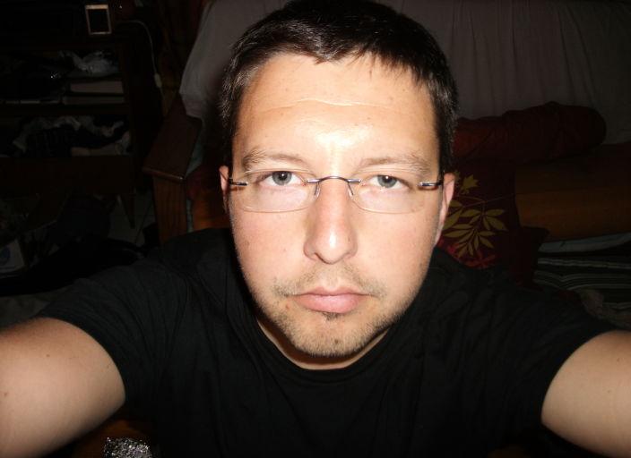 JH 27 ans, agréable et discret, recherche une com.