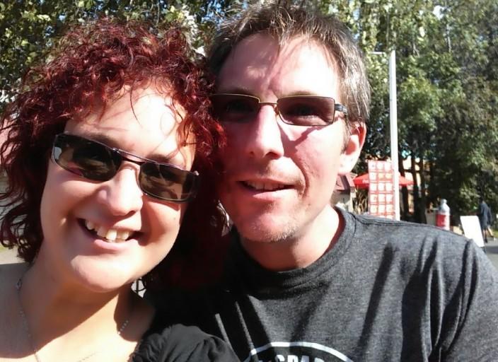 Couple heureux cherche plaisir avec une femme bi
