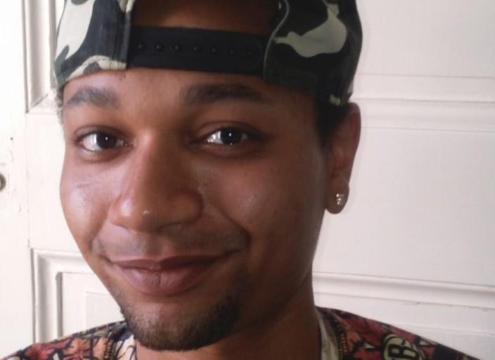 Jeune homme célibataire métis de 22 ans à la.