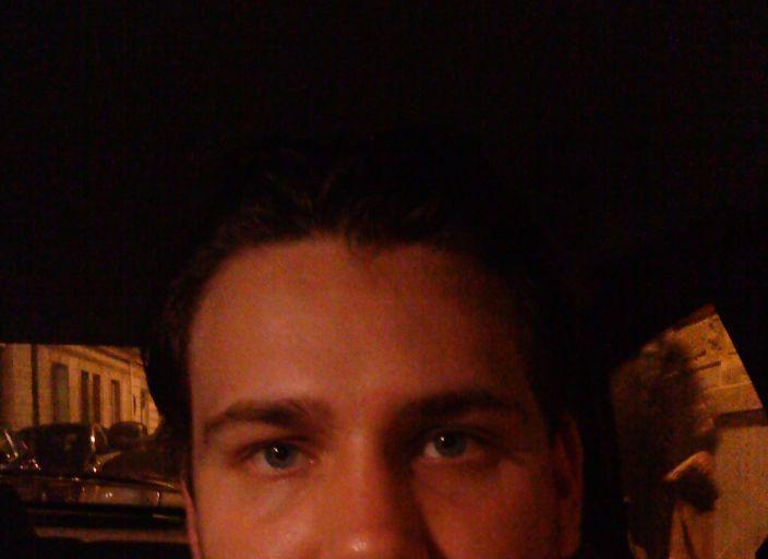 jeune homme de 26 ans yeux bleu et brun, soumis.