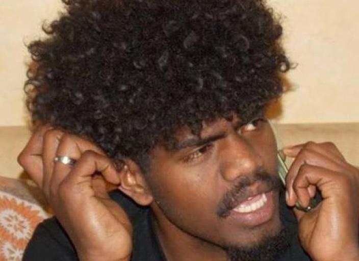 Jeune homme black cherChe à découvrir de nouvelles.